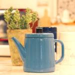 キッチンの青いケトルと雑貨