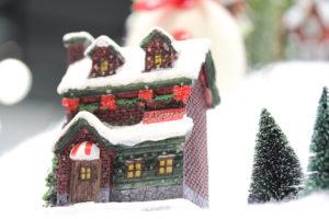 屋根の上に雪が積もったお家
