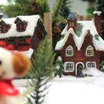 屋根の上に雪が積もったお家 1