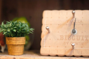 時計と観葉植物