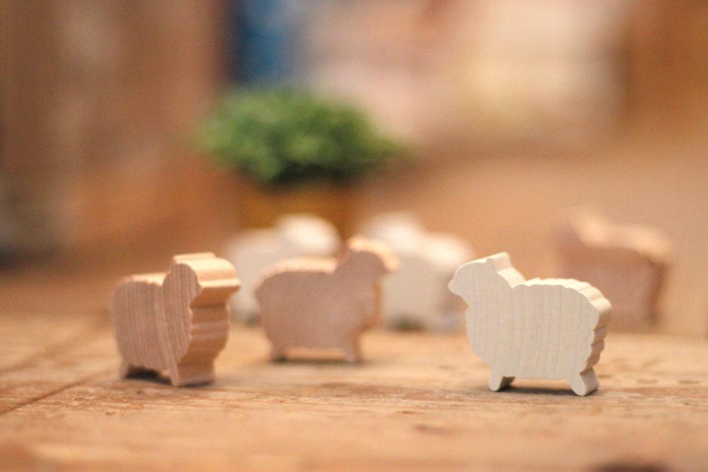 羊の形の木の置物