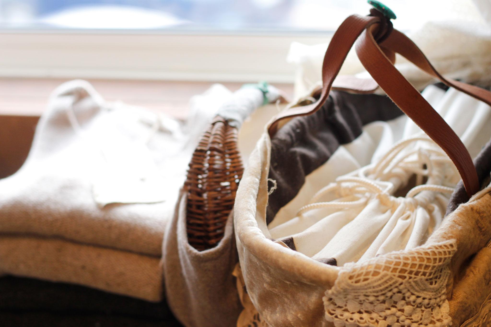 無料写真素材 洋服とカゴバッグ