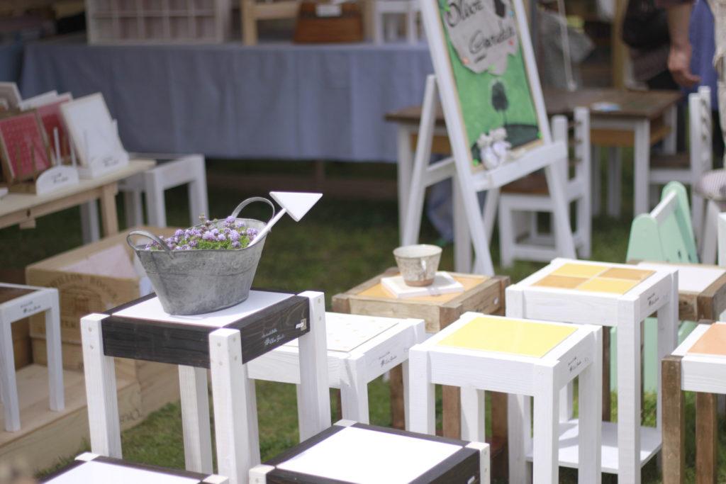 ブリキのバケツと椅子