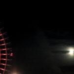 夜の観覧車と月