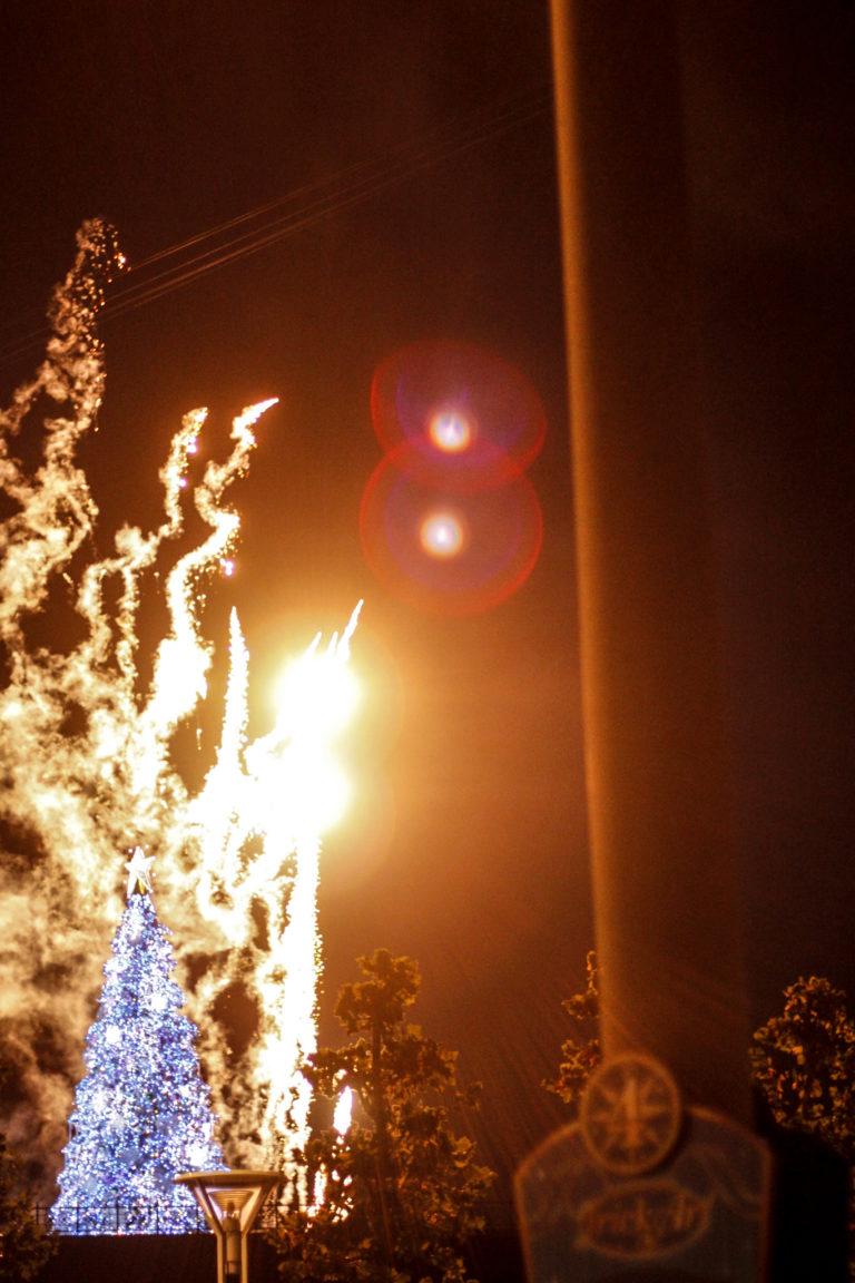 クリスマスツリーのイルミネーションと花火