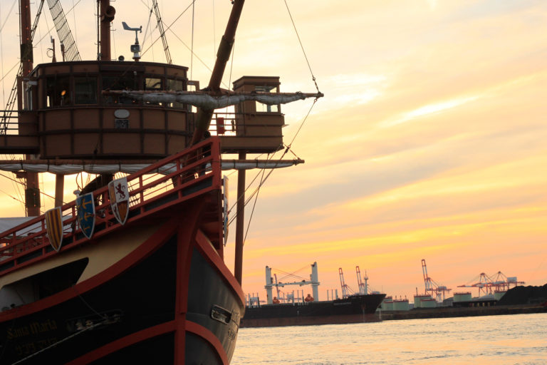 大阪港 夕日と船