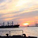 大阪港 夕日と船 2