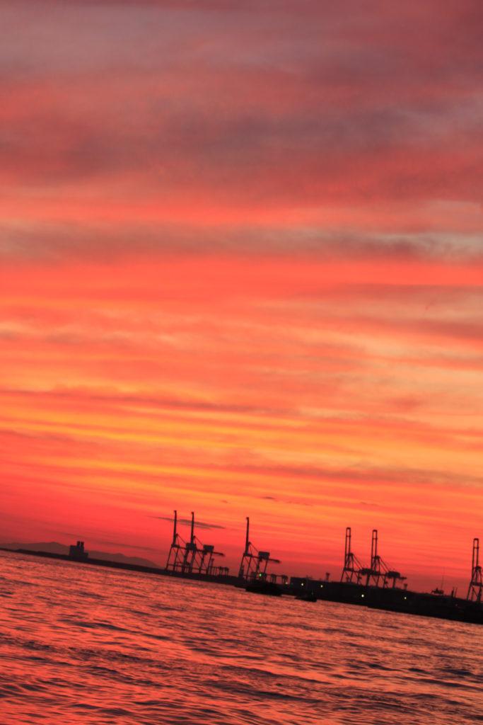 大阪港 埠頭の真っ赤な夕焼け空と海