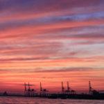 大阪港 埠頭の幻想的な夕焼け空と海