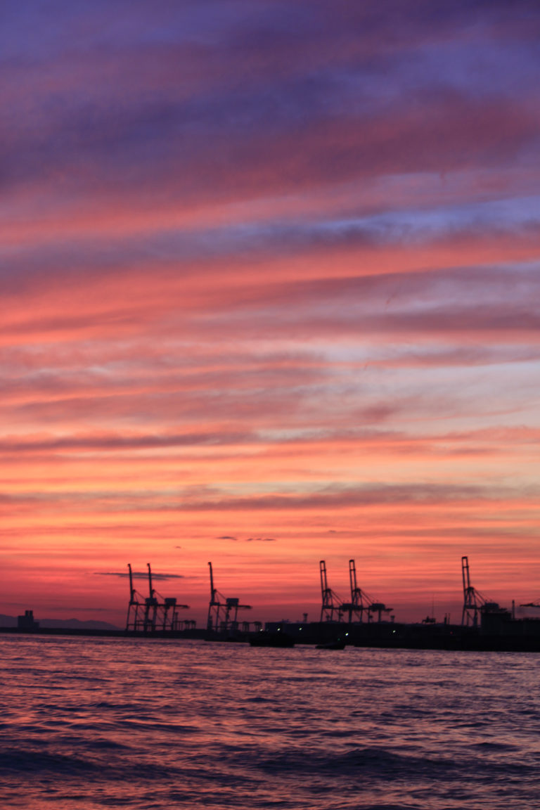 大阪港 埠頭の夕焼け空と海