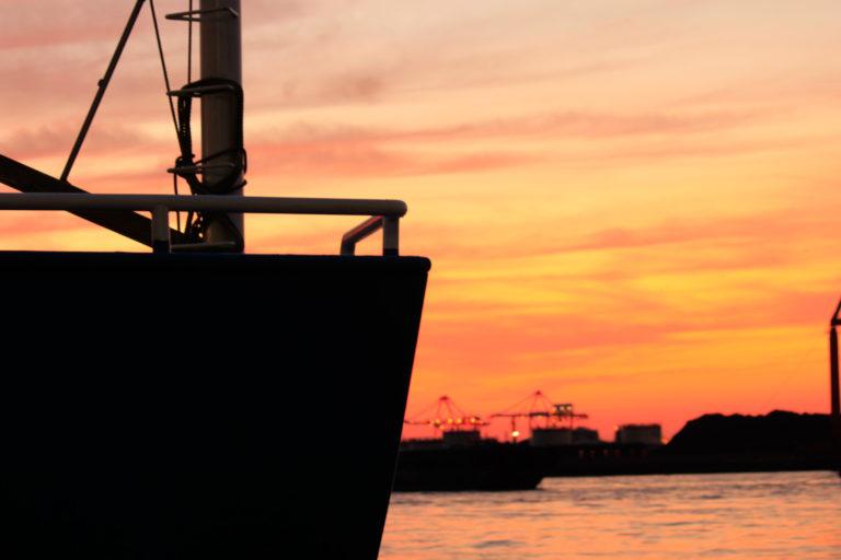 大阪港 夕焼け空と船