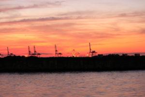 大阪港のクレーンと夕焼け空