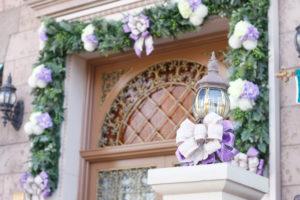 紫の花と玄関扉