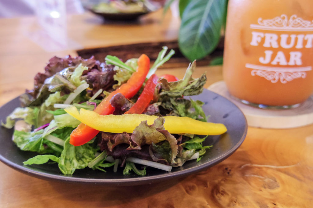 野菜サラダとフルーツジュース