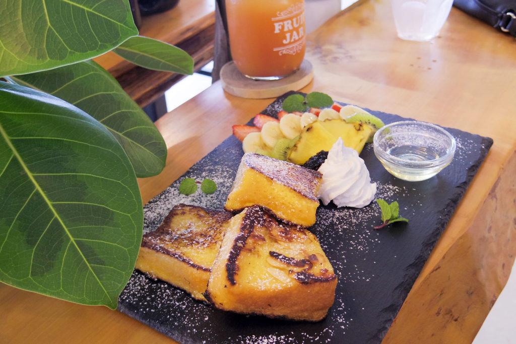 フレンチトーストとフルーツのプレート