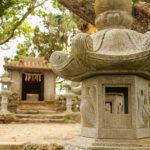 沖縄 石垣島 森の中の神社と灯籠 2