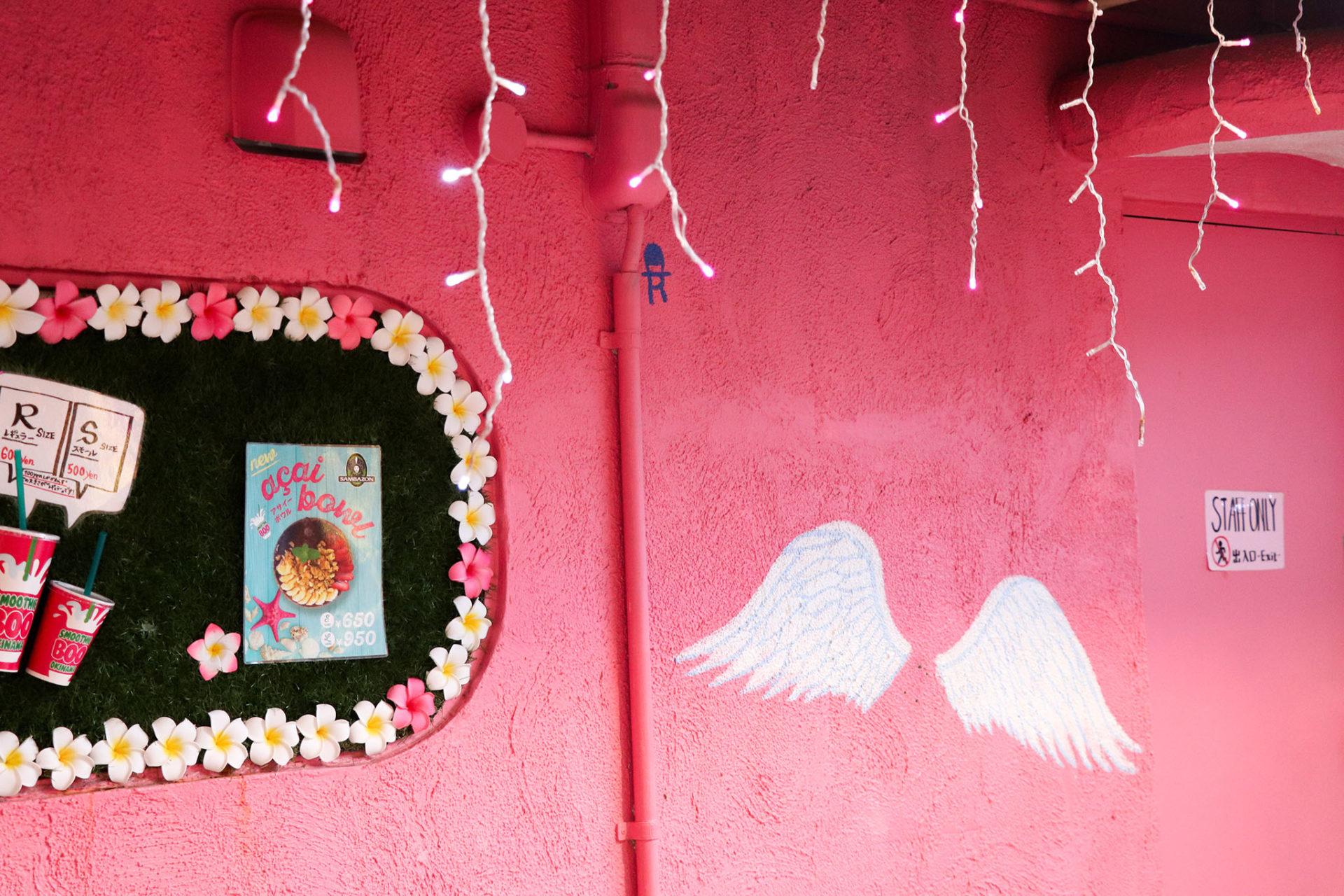 ピンクの壁と天使の羽