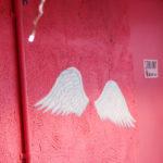 ピンクの壁と天使の羽 2