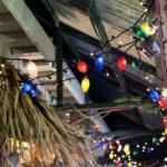 軒下のカラフルな電球