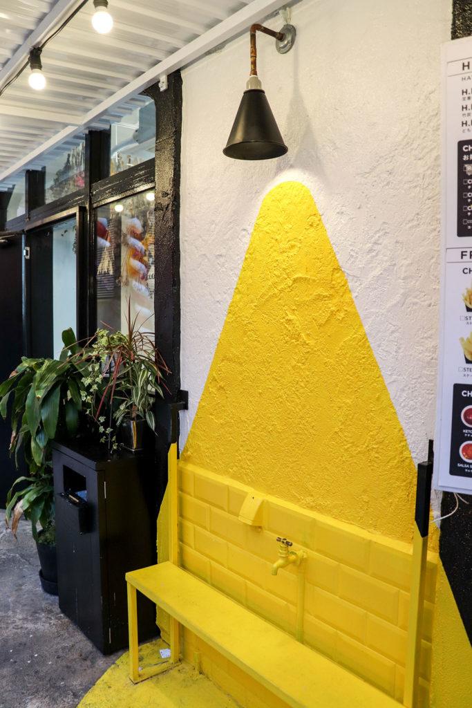 黄色いベンチと壁