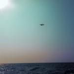 海の上を飛ぶ飛行機
