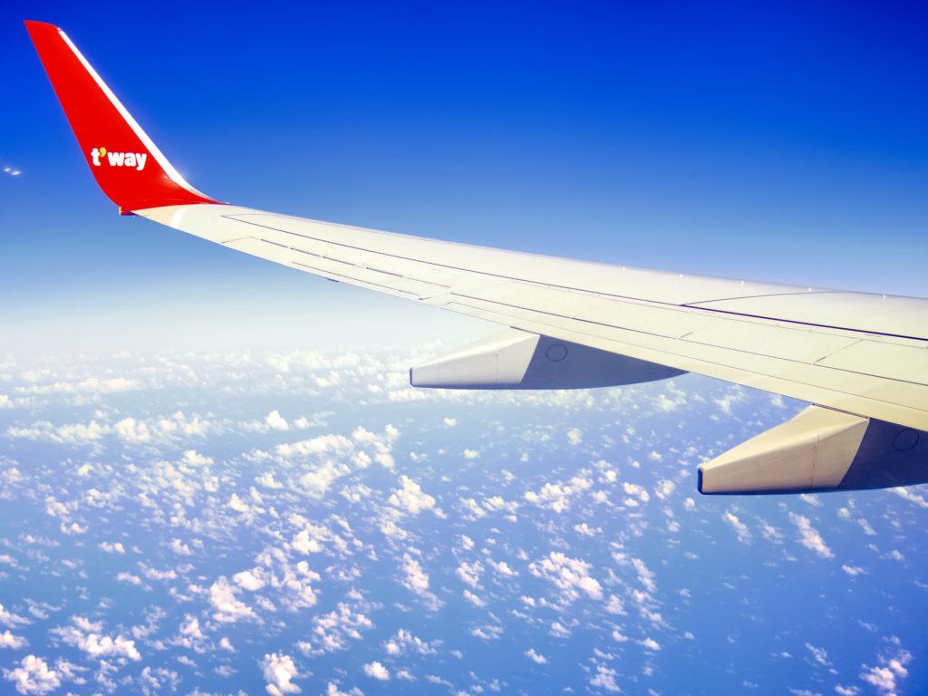 雲の空を飛ぶ飛行機