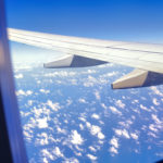 窓から飛行機の翼を眺める