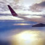 夕暮れの海の上を飛ぶ飛行機 1