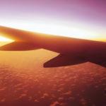 夕暮れの空の上を飛ぶ飛行機 1