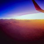 夕暮れの空の上を飛ぶ飛行機 2