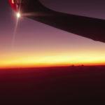 夕暮れの空の上を飛ぶ飛行機 3