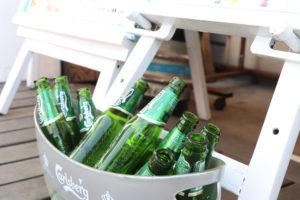 バケツに入ったビールの空き瓶