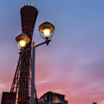 ピンクの夕焼け空の中のポートタワー