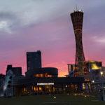 夕暮れ時の神戸ポートタワーとメリケンパーク