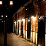 ハーバーランド 夜の神戸煉瓦倉庫と歩道