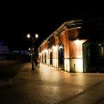 ハーバーランド 夜の神戸煉瓦倉庫を歩く2人
