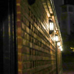 ハーバーランド 夜の神戸煉瓦倉庫の壁のランプ