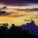 沖縄の夕焼け空と飛行機