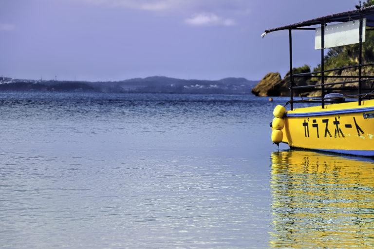 南国の海とグラスボート