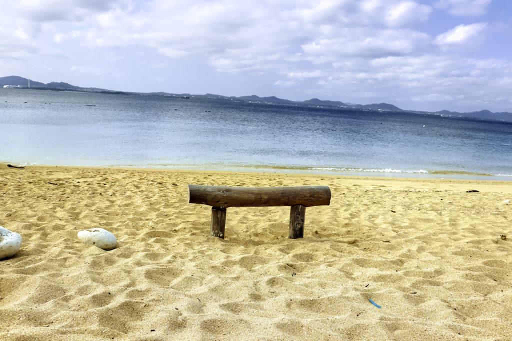 南国の青い海 砂浜と流木で作った椅子