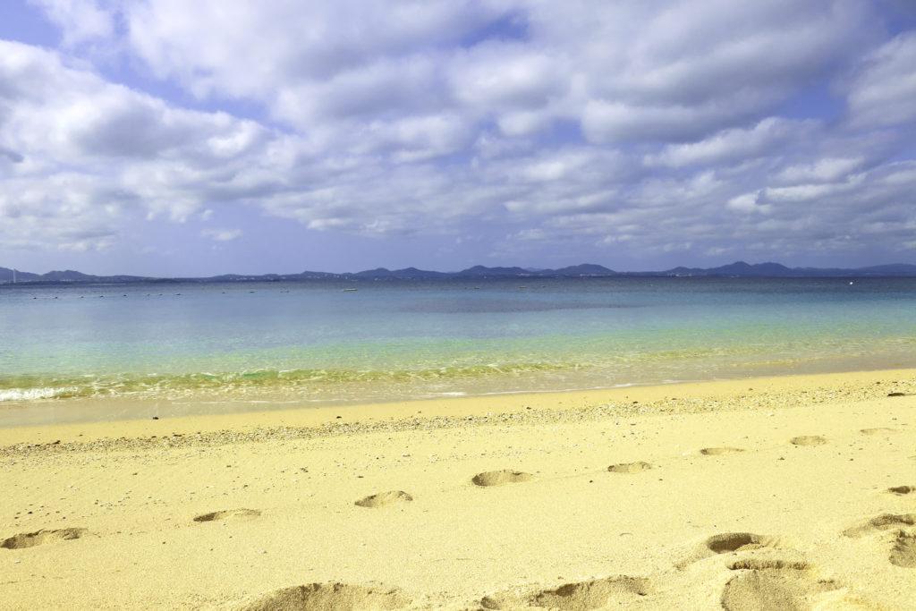 南国の青い海と砂浜