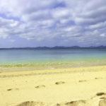 南国の青い海と砂浜と足跡 1