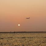 沖縄の夕日と飛行機