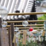 奈良おふさ観音風鈴まつり 寺院の屋根と透明の風鈴