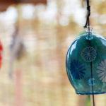 奈良おふさ観音風鈴祭り 青色の風鈴とすだれ