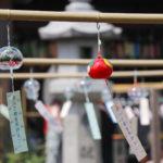 奈良おふさ観音風鈴祭り 風鈴棚にぶら下がるたくさんの風鈴