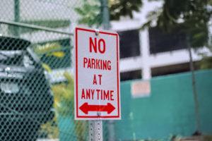 アメリカの駐車禁止看板