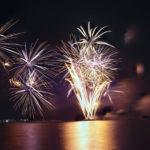 黄金の光が水面に映る花火