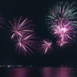 ピンクの光線が美しい打上花火