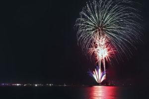 夜空を彩る海上の大きな花火
